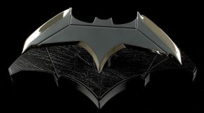 QMX dévoile une réplique du batarang de Batman v Superman