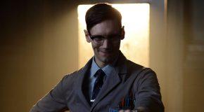 Cory Michael Smith enfile le costume du Riddler dans cette nouvelle promo de Gotham