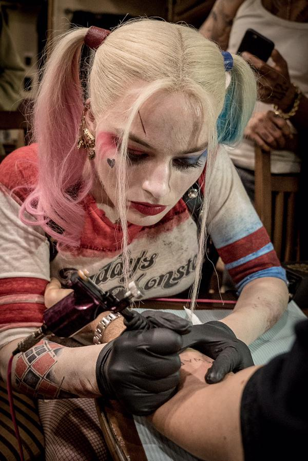 Harley Quinn s'adonne au tatouage | DC Planet