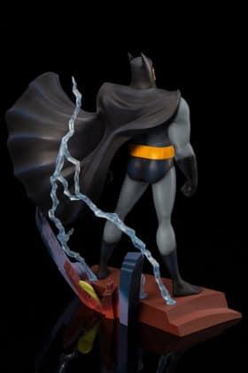 Kotobukiya s'inspire du générique de Batman : TAS pour une statuette dantesque 2