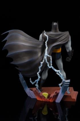 Kotobukiya s'inspire du générique de Batman : TAS pour une statuette dantesque 3