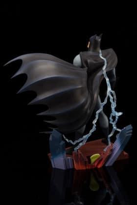Kotobukiya s'inspire du générique de Batman : TAS pour une statuette dantesque 4