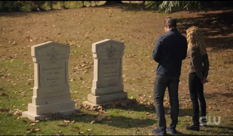 Oliver et Mia se rendent sur les tombes de Robert et Emiko Queen.