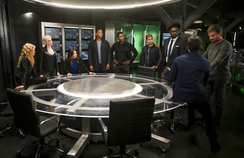 Les Team Arrow du présent et du futur se réunissent.